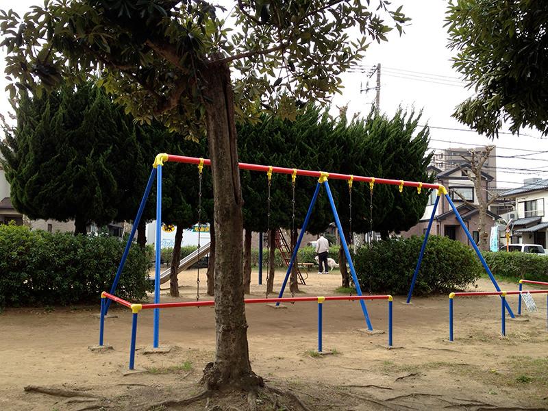 赤・青・黄の「ブッコロール」に塗り分けられたブランコ