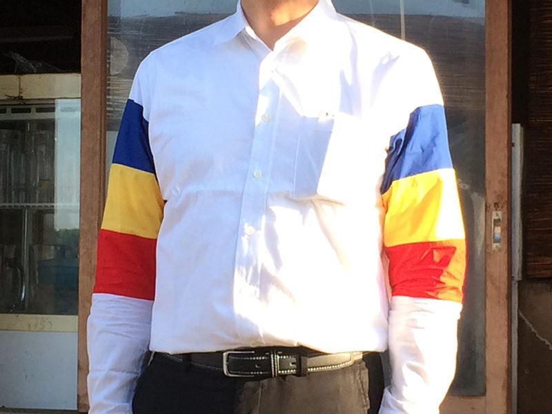 袖がブッコロールの3色にデザインされたシャツを着た人