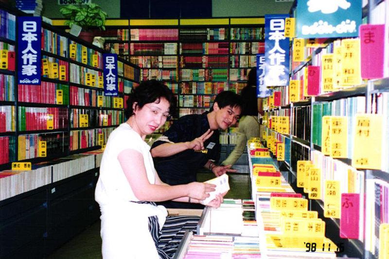 ブックオフ店舗内で社員とともに作業をする橋本さん