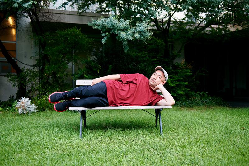 ベンチに横たわるレイザーラモンRGさん