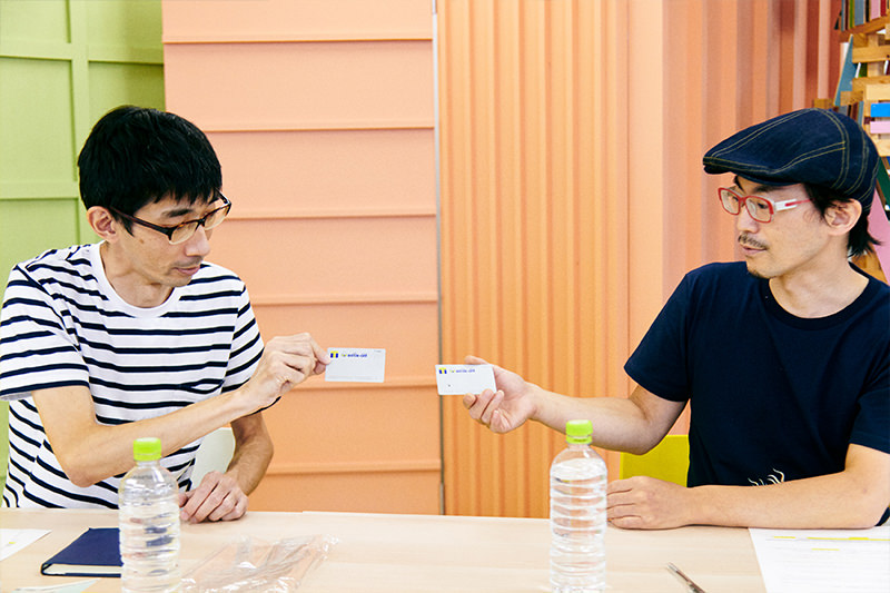 Tカードを見せ合う佐藤さんと馬場さん