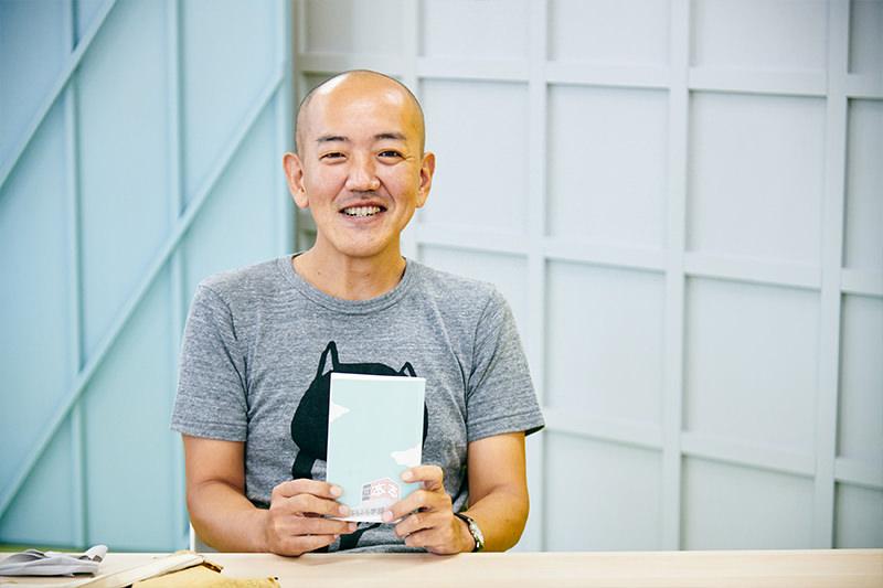 『ブックオフ大学ぶらぶら学部』を持つ島田さん