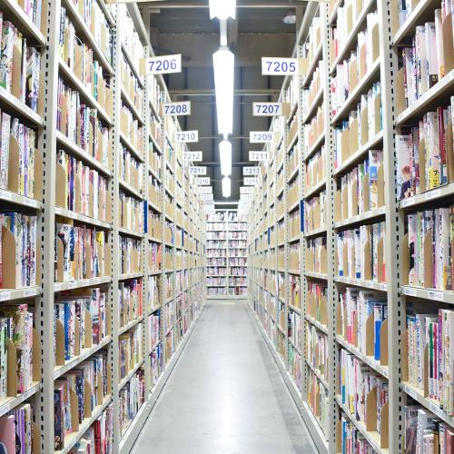 ブックオフの巨大倉庫の本棚