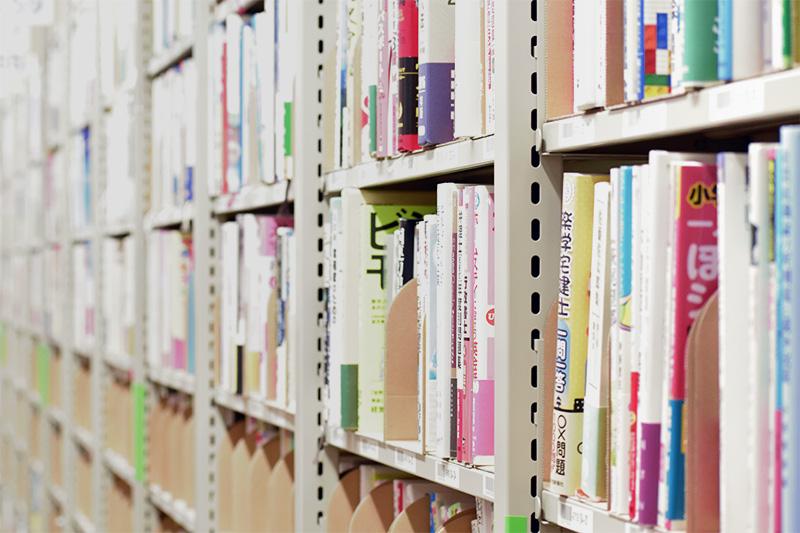 ブックオフの倉庫の本棚右側