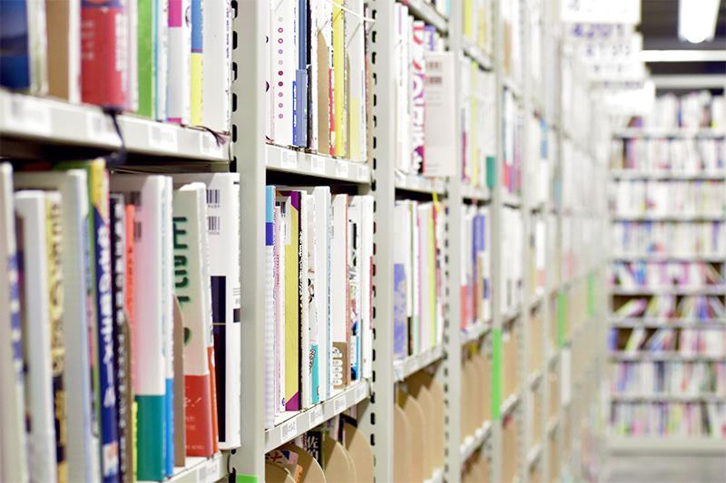 ブックオフの倉庫の本棚左側