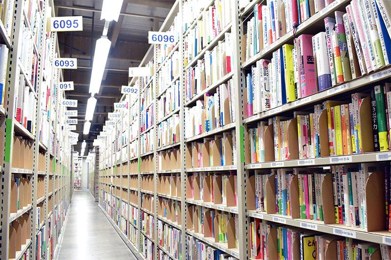 ブックオフの倉庫の本棚正面