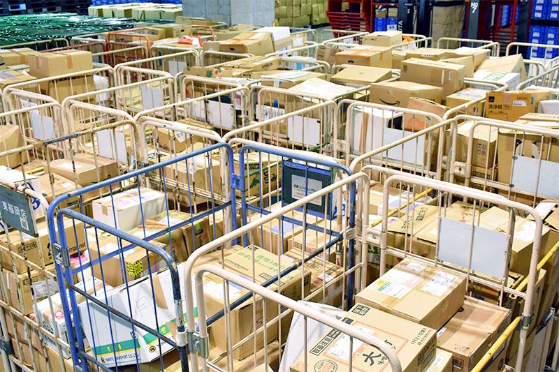 ブックオフの倉庫に届く段ボールの数々