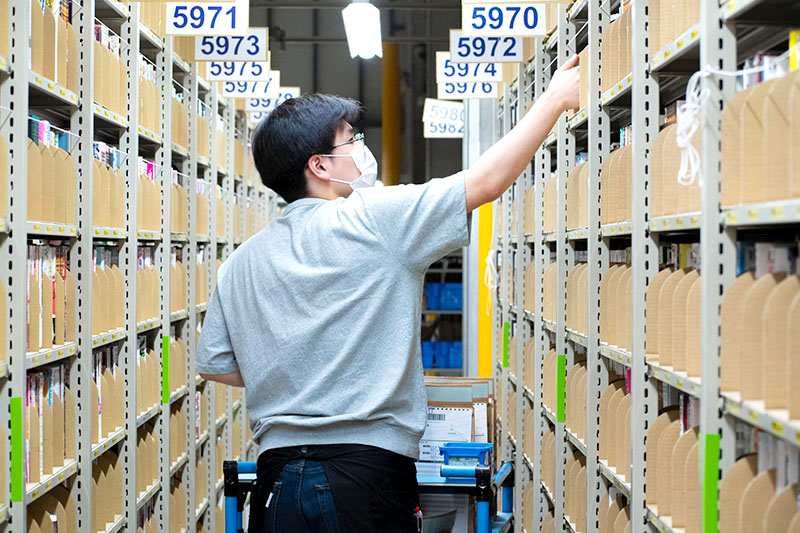 ブックオフの倉庫で入庫するスタッフ