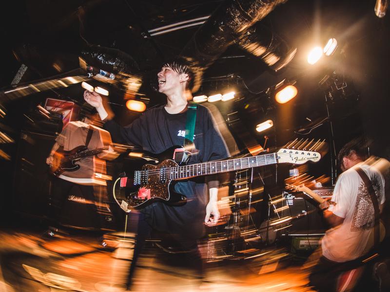 ライブハウスで演奏するロックバンド「裸体」