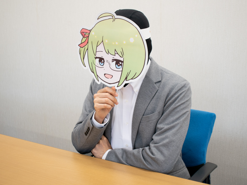 イスに座って少し考え込むミヤザワさん
