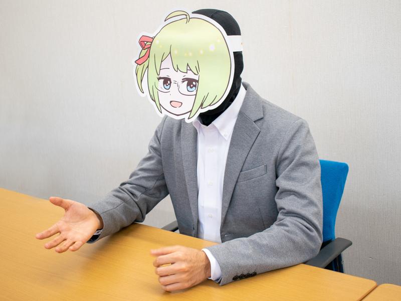 イスに座って話をするミヤザワさん