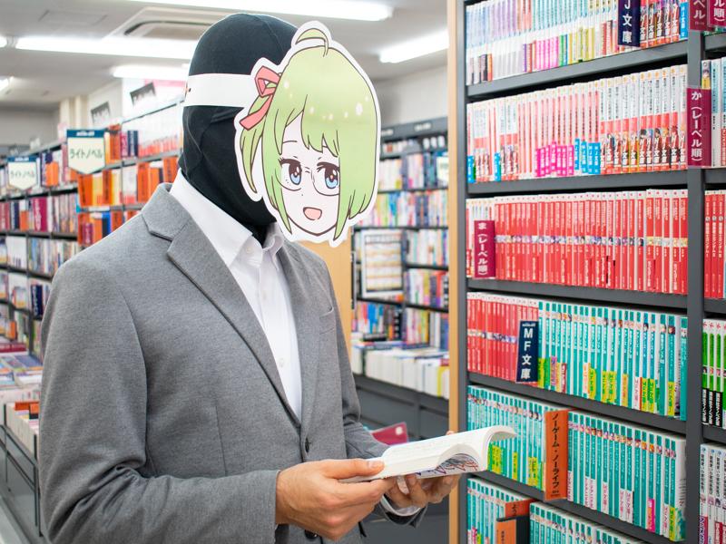 MF文庫を手に取り懐かしむミヤザワさん