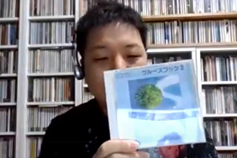 CDを見せるハタさん