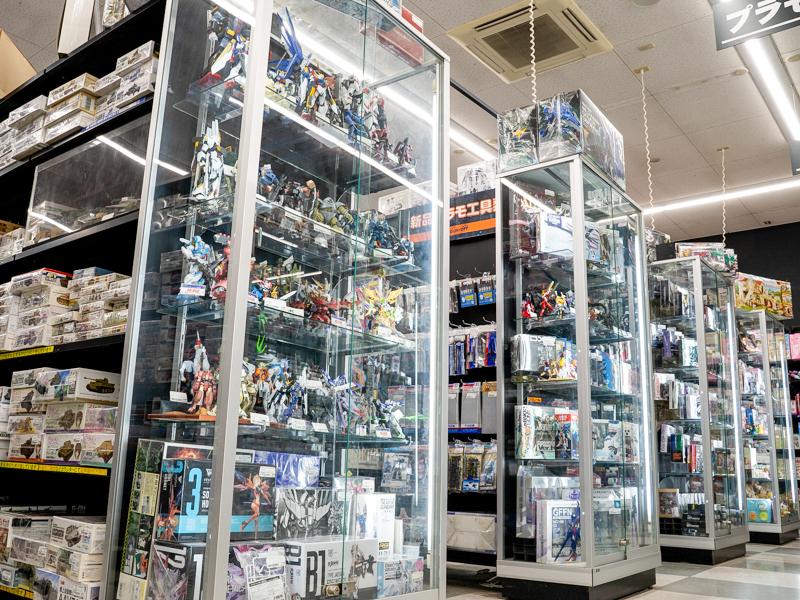ブックオフ熱田国道1号店内のガラスケースに並ぶプラモデル