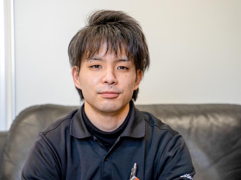 カメラにむかってはにかむ上野正俊さん