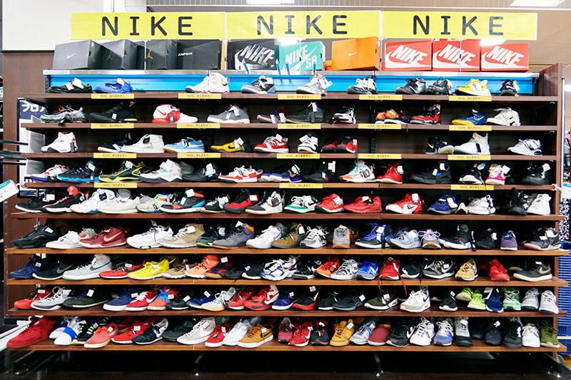 Nikeのシューズが並んだ棚
