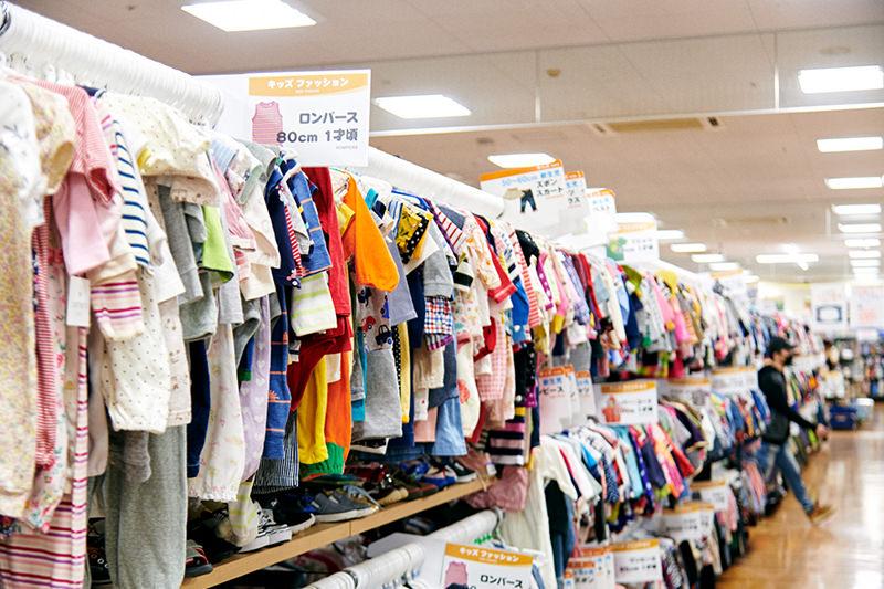 乳幼児用の服が並ぶ棚