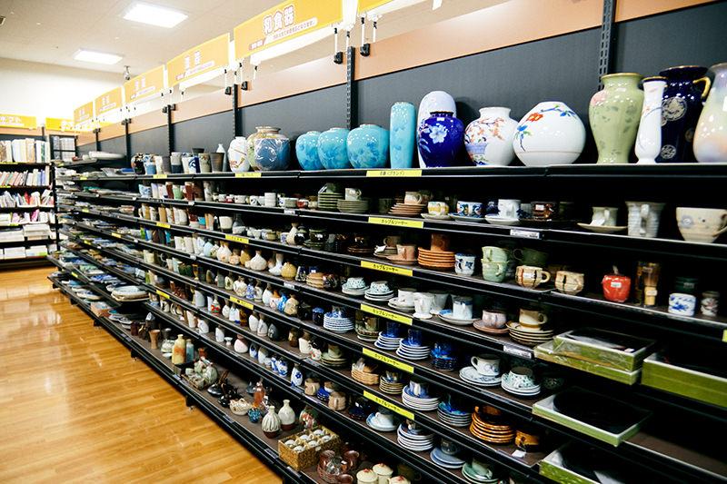 陶器類が並ぶ棚