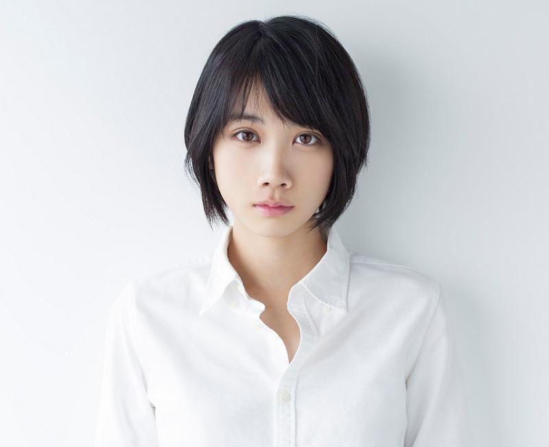 カメラを見つめる女優の松本穂香さん