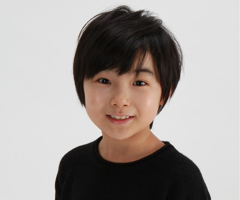 カメラに向かってほほ笑む俳優の寺田心さん