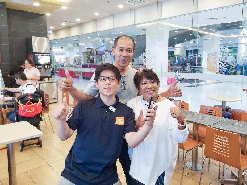Jalan Jalan Japanの熱烈なファンであるというお客様夫婦と井上さんの記念写真。