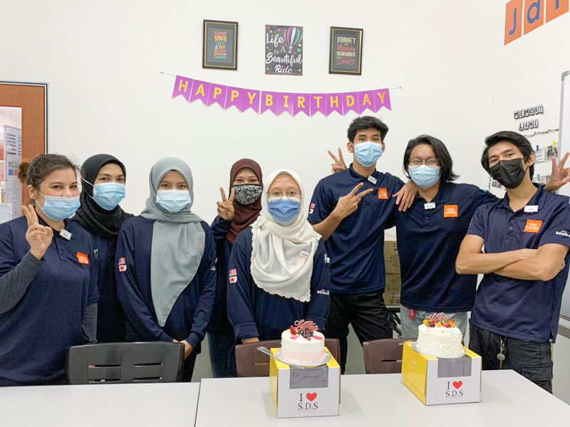 Jalan Jalan Japanでスタッフの誕生日祝いをするみなさん。