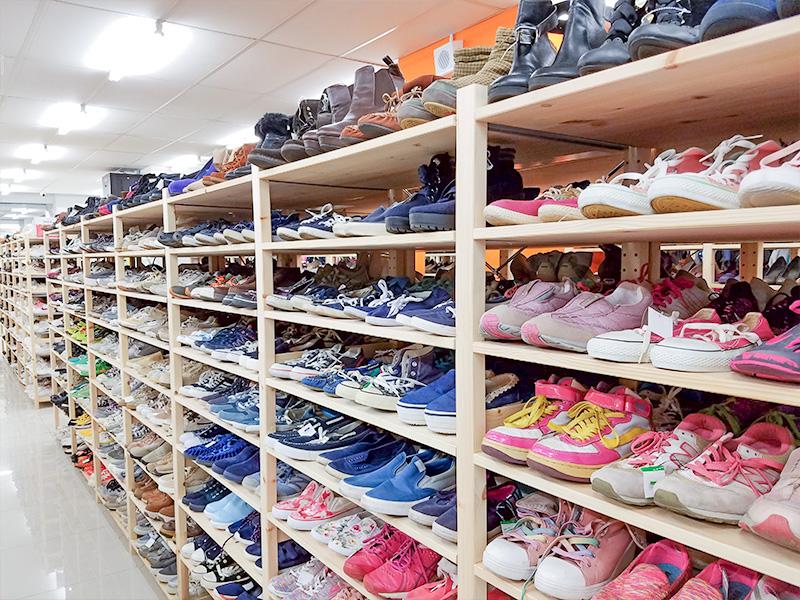 Jalan Jalan Japanの中にズラリと並ぶ靴売り場の様子