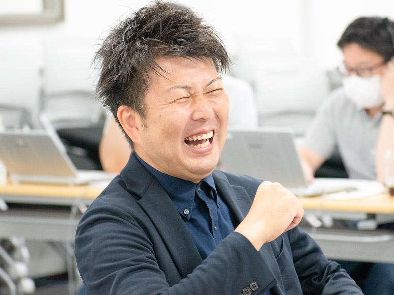 爆笑する佐藤圭一郎さん。
