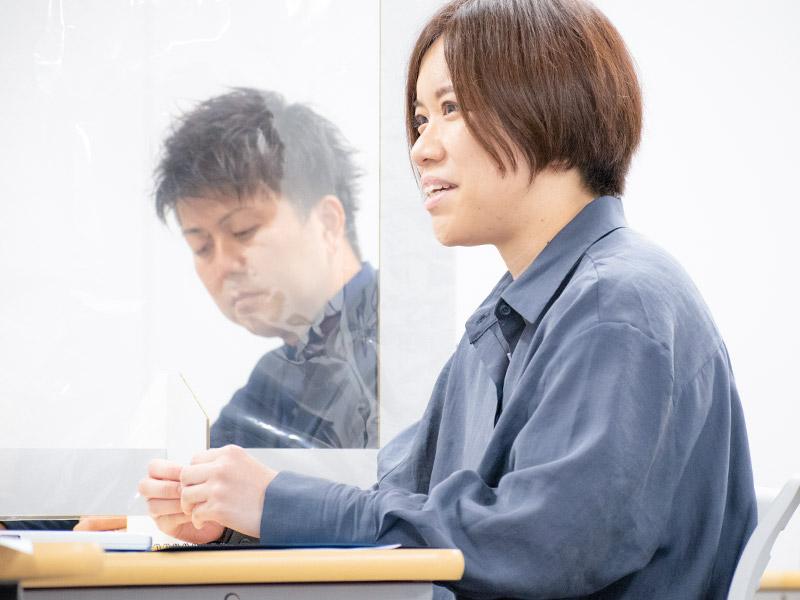 緊張しながらも笑顔をのぞかせる鈴木綾さん。