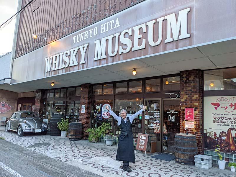 天領日田洋酒博物館の前でポーズをとる高嶋さん。