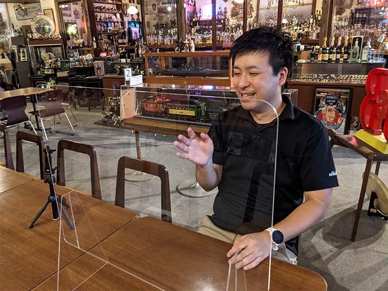 ブックオフ日田十二町店の店長を務める橋本成房さんが話しているところ。