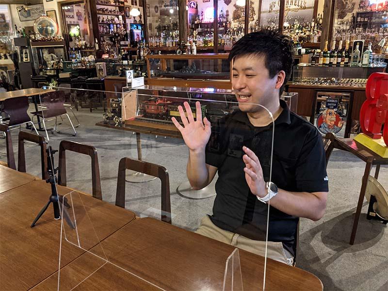 橋本成房さんが天領日田洋酒博物館の中で取材をうけているところ
