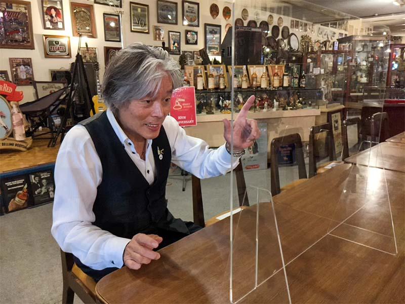 天領日田洋酒博物館の中で話す高嶋甲子郎さん。
