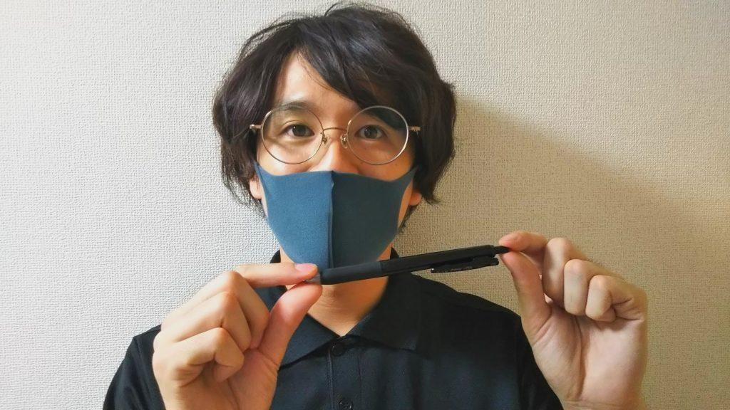 ボールペンを持った松尾さん